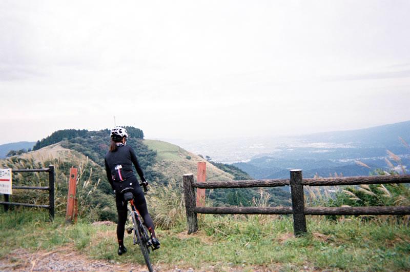 大野山の山頂に到着(写ルンです)