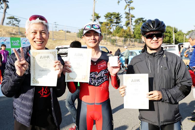 3人の表彰台、3人ともレーススーツ。つまり・・・