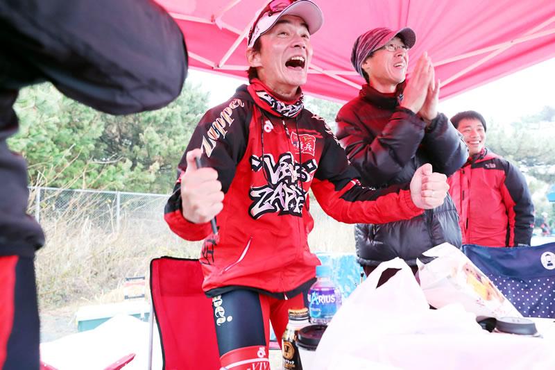 TTT優勝が分かった瞬間、歓喜するZAPPEIテント