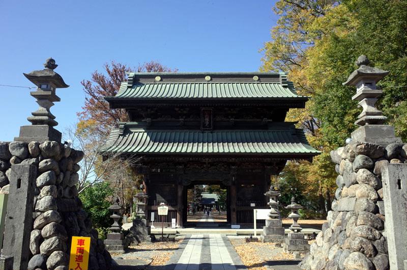 妻沼聖天山の立派な門は江戸時代末期に建てられたもの