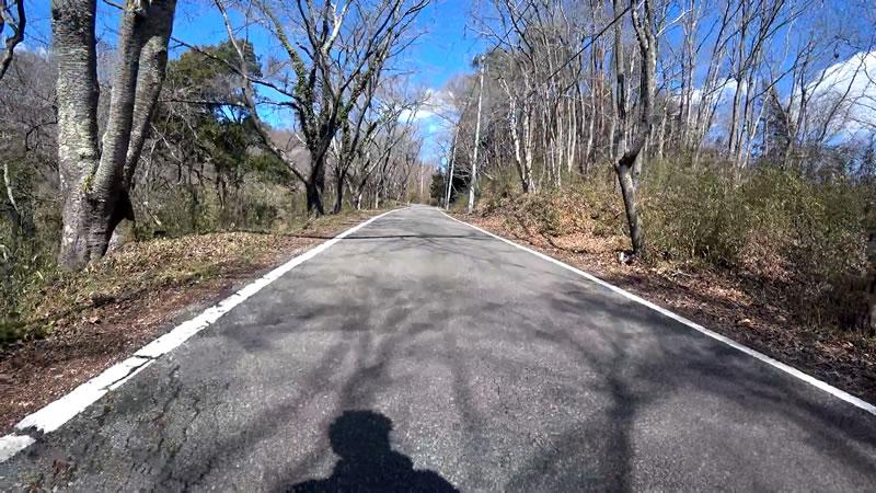 尾根区間は道が狭く、観戦注意