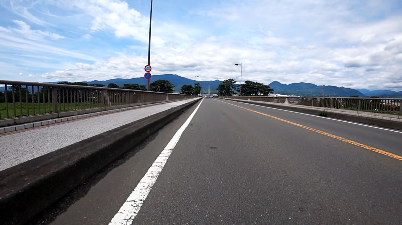 新松田駅を出ると、大きな川を渡ります