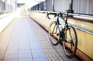 壁に立てかけばロードバイクは安定するけれど。。。