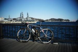 寒風吹きすさぶ横須賀駅前 [Sony α7 + Canon Lens 35mm F1.5]