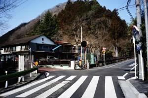 この交差点を左折。直進すると入山峠に行けます