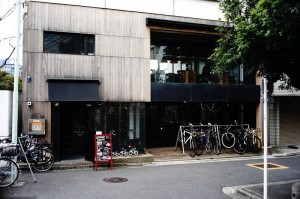 1階はバイクショップで2階がカフェ