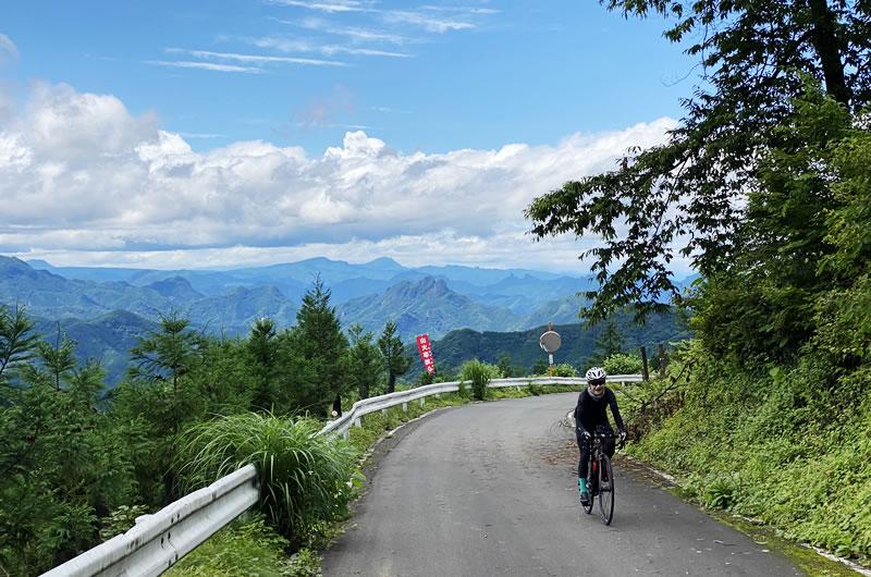 塩之沢峠の頂上付近は眺望が良好