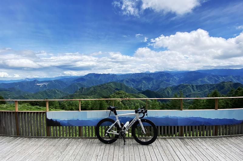 遥か秩父の山を一望できる御荷鉾スーパー林道の展望台