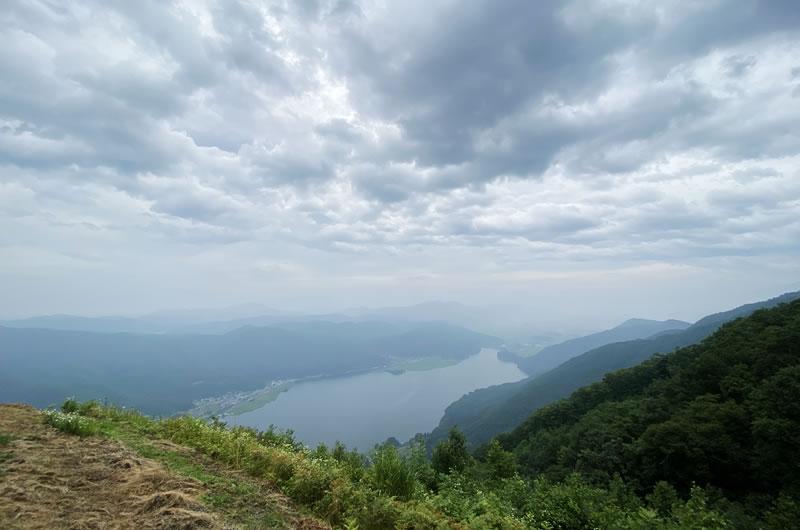 いきなり眺望が開けて、眼下に広がる木崎湖