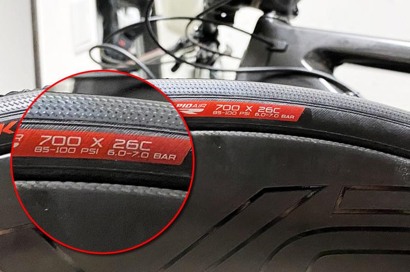 タイヤの指示に従って空気を入れる