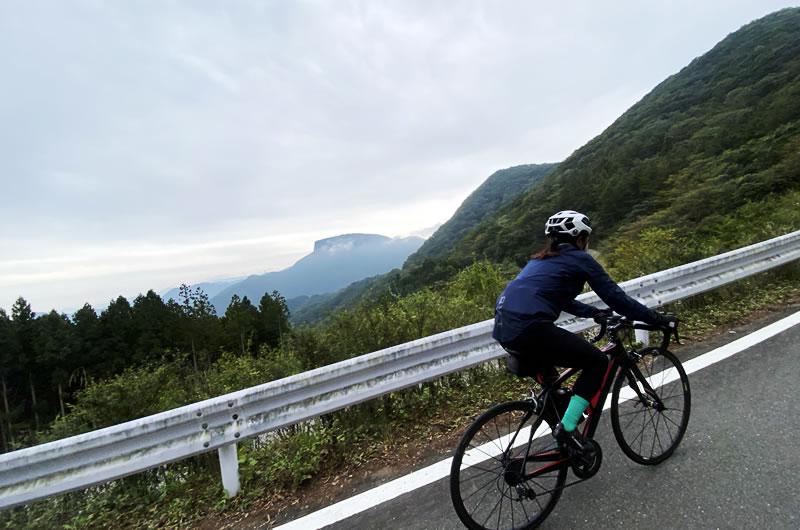 遠くに荒船山を望みながら長野の県境をめざす
