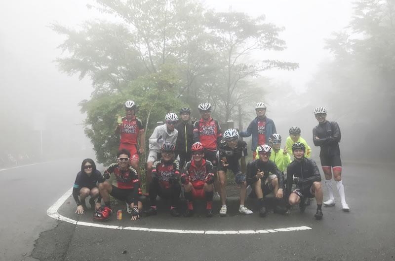ヤビツ峠で恒例の記念撮影!