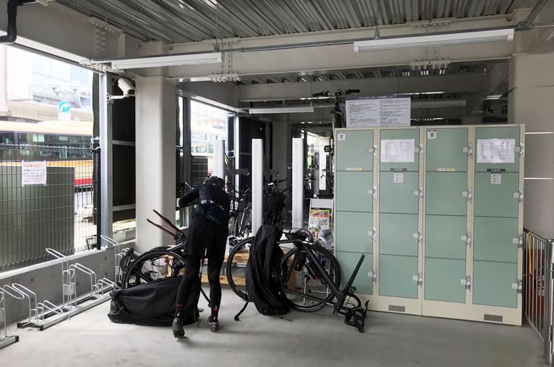 サイクリストに嬉しい広々スペースに、コインロッカー完備