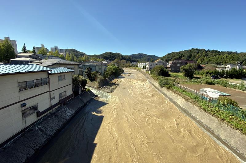 高尾駅は通行止め。浅川はこの濁流