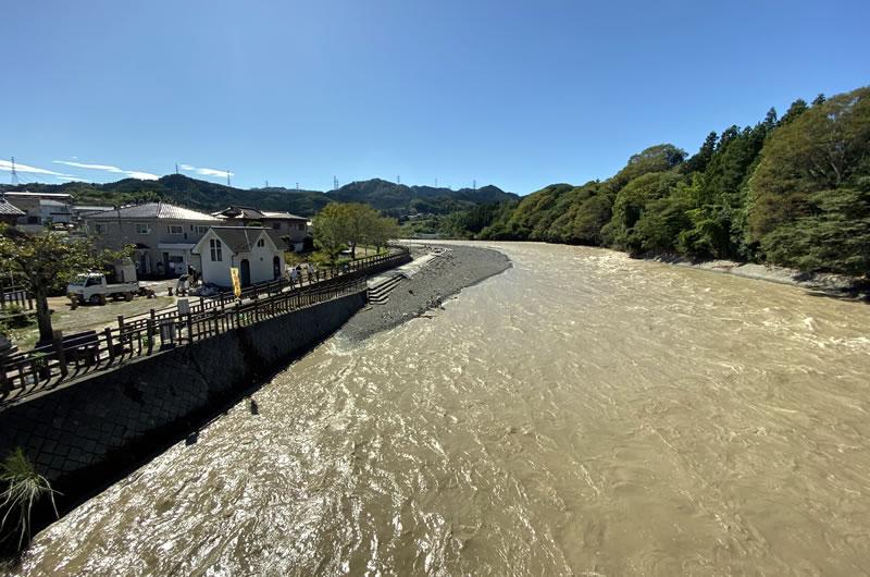 秋川のキャンプ場は水没。付近にも冠水の跡が