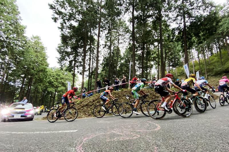 ブリッツェンコーナーでまた先頭集団が通過