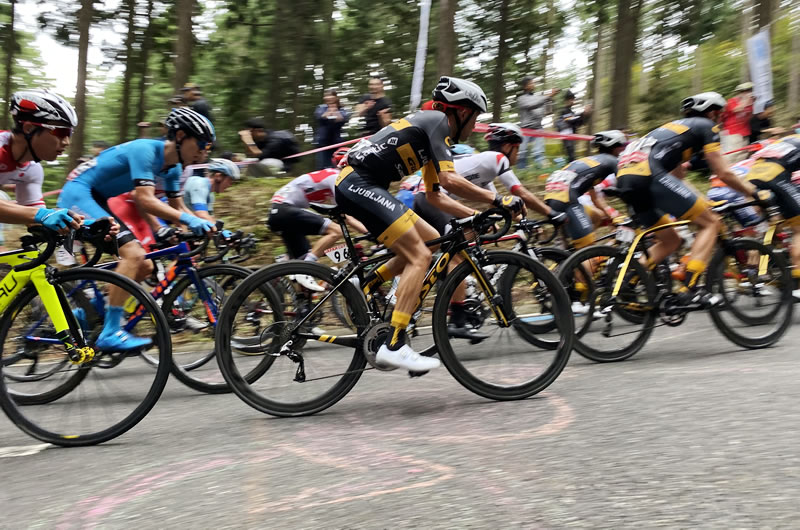 集団もブリッツェンコーナーを抜ける、速いw
