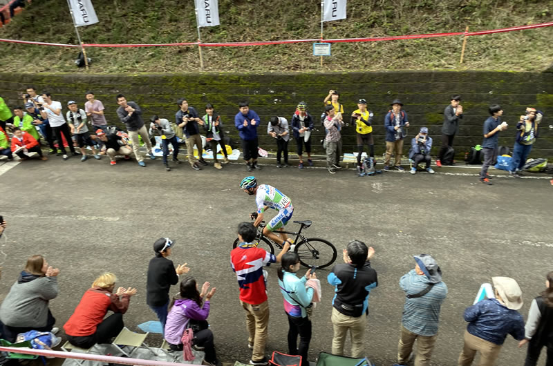 山岳賞ポイントをマトリックスのマンセボ選手が獲得する瞬間