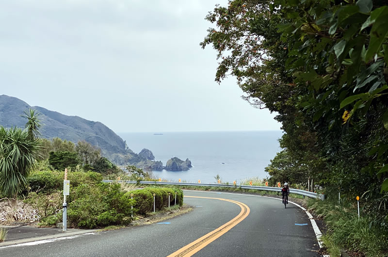 波勝崎の長い上りを越えます