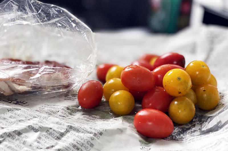 道の駅で買ったトマトをおつまみに