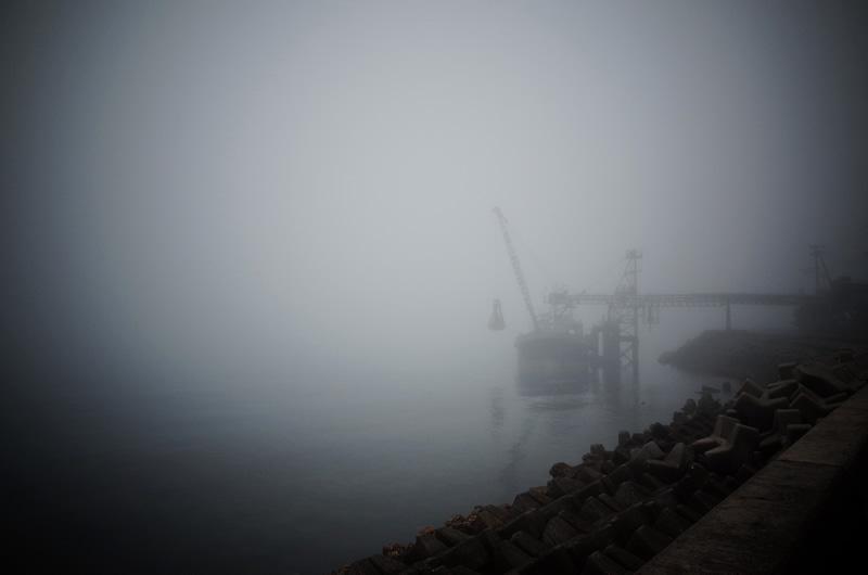 船も霧の中