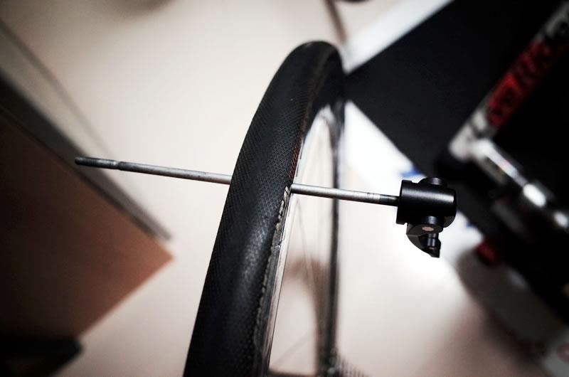 クイックで慎重にタイヤを剥がす