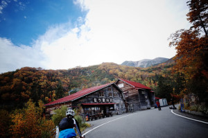 位ヶ原山荘付近の紅葉は見ごろ