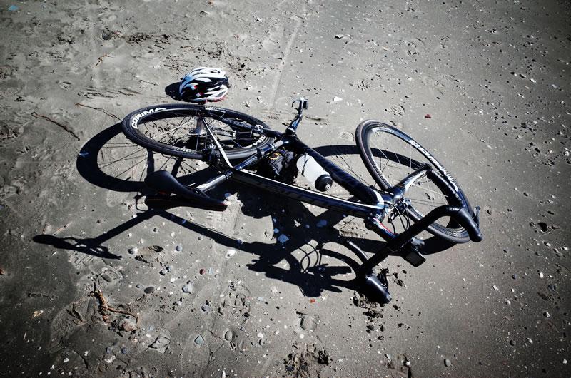 なぜロードバイクは倒れるのか?
