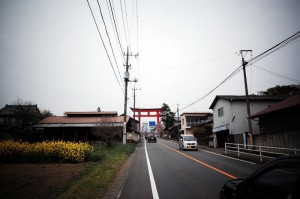 赤城神社の大鳥居付近も緩やかな勾配