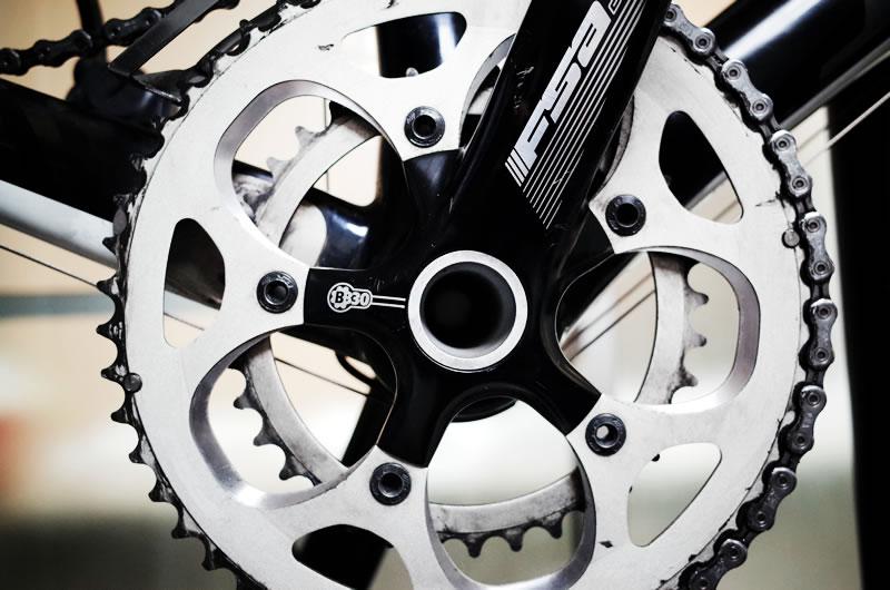 ロードバイクのパーツの多くが高剛性なアルミ素材