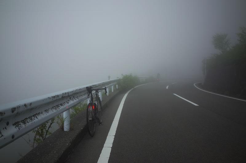 濃霧で10m先が見えないほど!