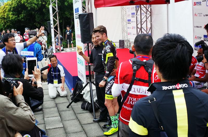 右京監督と喜ぶオスカル・プジョル選手
