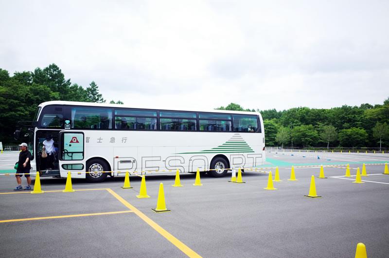 大型観光バスで富士ヒル受付会場に