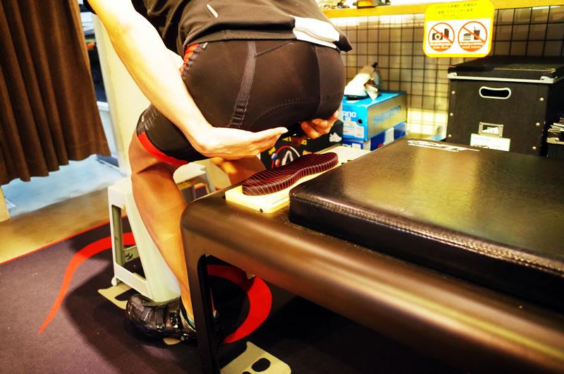 坐骨の位置を確認しながら腰かける