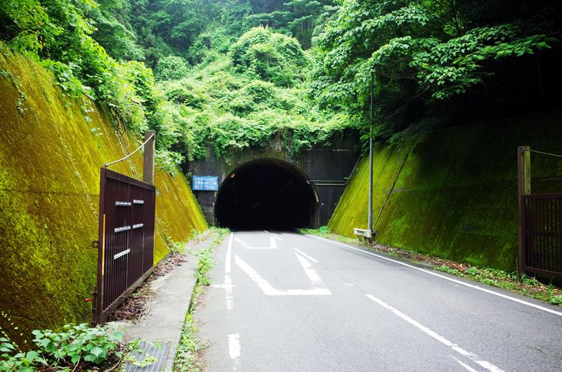 ものすごい暗いトンネル。夜間は通行止めになる模様