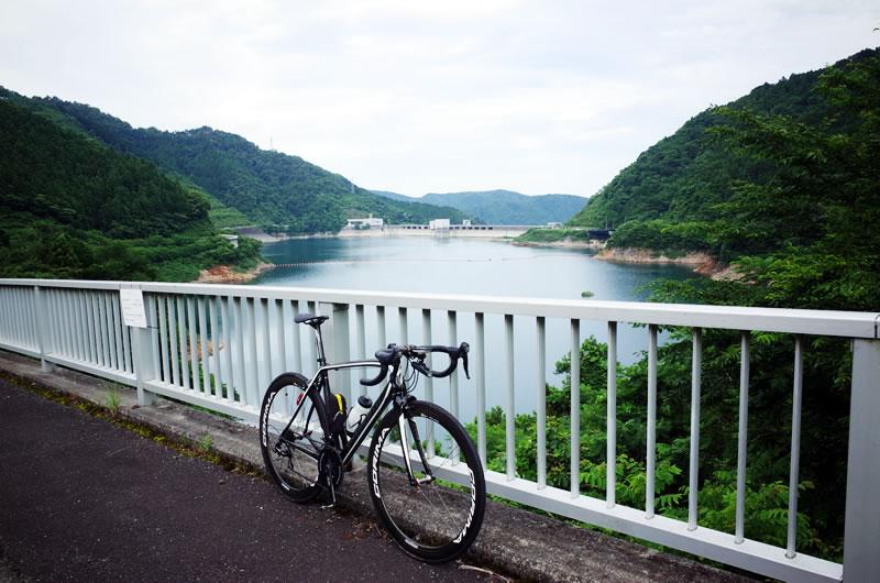 宮ケ瀬湖の景色を楽しみながらゴールへ