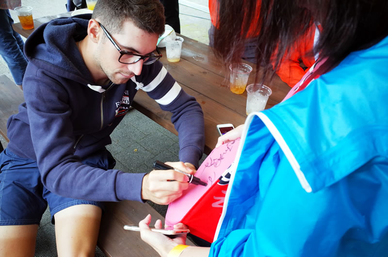 Tシャツにサインを書くニーバリ選手