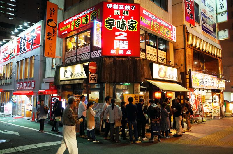 駅前の餃子店は大行列!