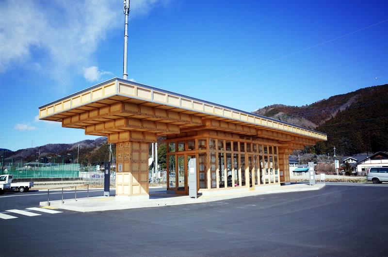 木造のバス停があったり