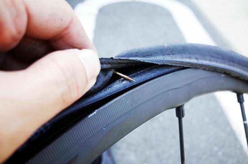 釘がタイヤを貫通しとる(゚Д゚;)