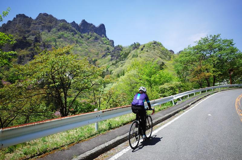 雄大な岩山を眺めながらヒルクライム