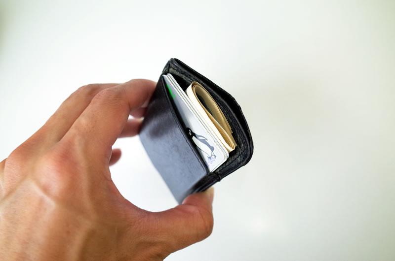 カードや現金で定期入れがはちきれそう