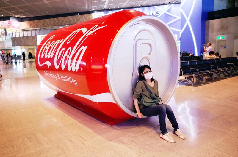 大きなコーラ缶で一休み