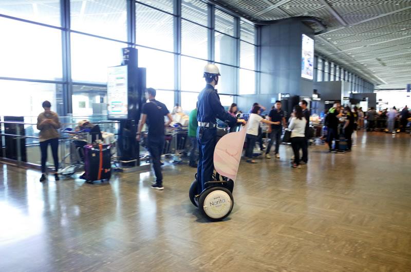セグウェイが走り回る成田空港