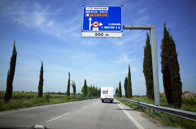 どこまでも美しい景色が続くイタリアの道