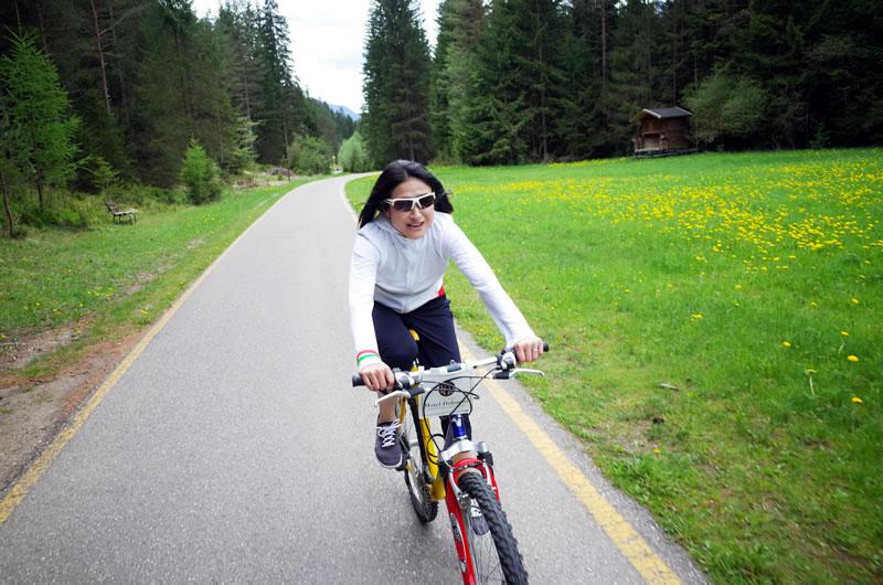 自転車に乗れてご満悦のデゲメン