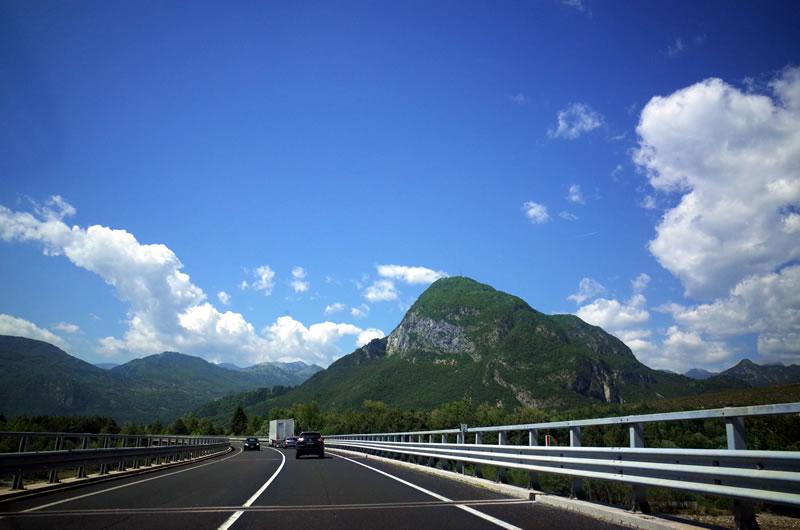 ポルデノーネから1時間で景色は山