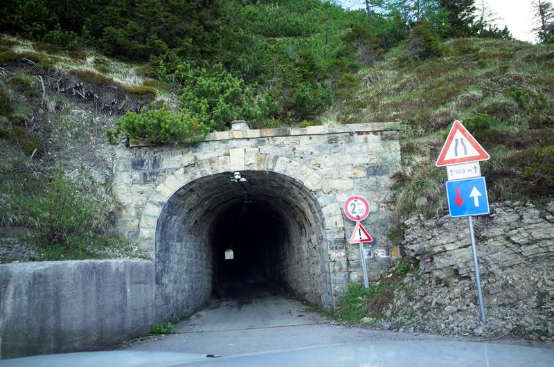 頂上手前にはトンネルが