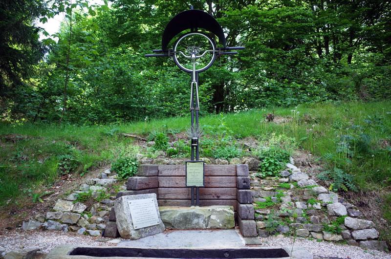 Enzo Cainero氏の記念碑