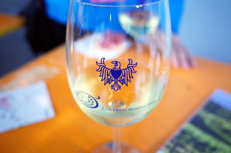 フリウリのシンボルが入ったワイングラス